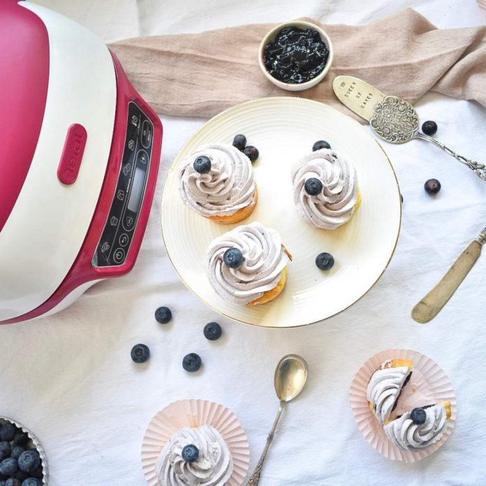 Cupcakes mit Blaubeeren von oben