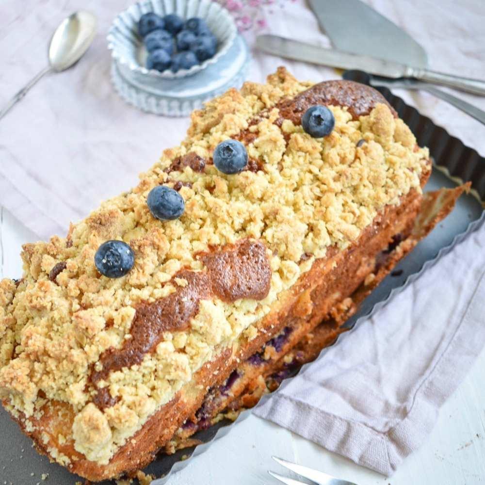 Kastenkuchen mit blaubeeren und Joghurt und Streuseln