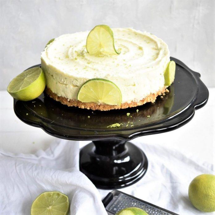Limetten Cheesecake auf schwarzem Torten Teller