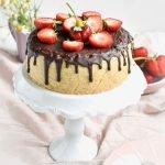 Kaesekuchen mit Schokoladen Drip und Erdbeeren