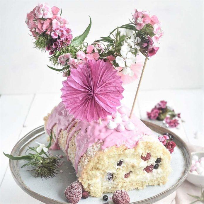 waldbeeren Biskuit Rolle mit Cake Topper aus Blumen