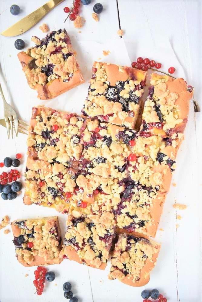 Blechkuchen mit Beeren und Pudding und Streuseln