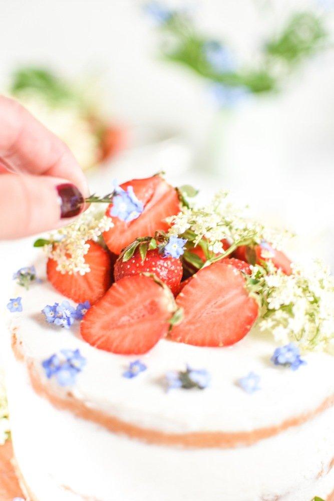 Erdbeer Torte mit Holunderblüten Curd