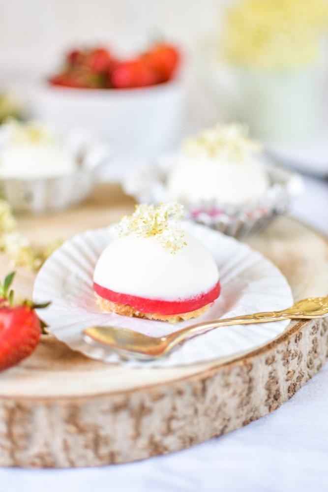 Holunderblütenmousse Törtchen mit Erdbeeren
