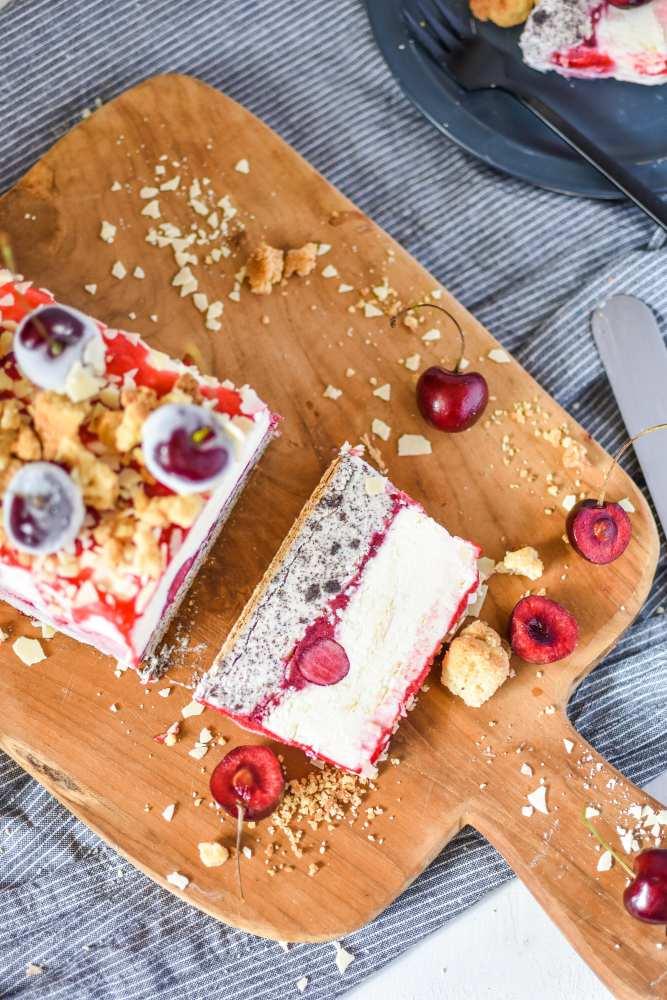 Kirsch-Mohn Parfait mit weißer Schokolade